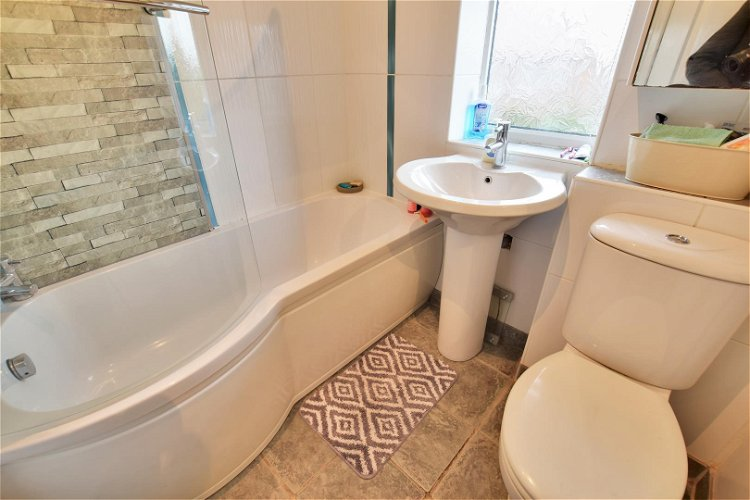 Family Bathroom - Picture 9 of 10